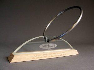 award met logo en hout